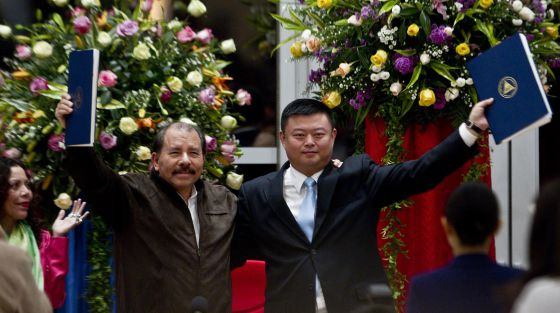 Daniel Ortega y Wang Jing sostienen el acuedo de concesión del canal.