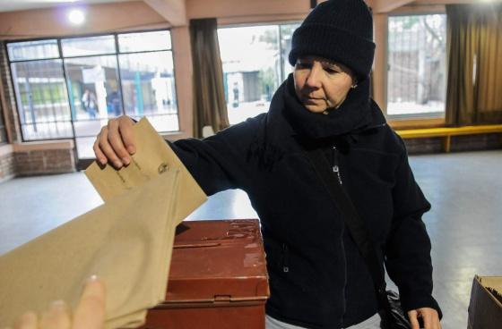 Mujer votando durante el referéndum para despenalizar el aborto