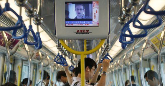 Las pantallas del metro de Hong Kong muestran la entrevista a Snowden el 16 de junio.