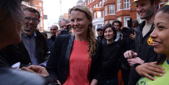 Sarah Harrison, mano derecha de Assange, a las puertas de la embajada de Ecuador en Londres, en junio de 2012.