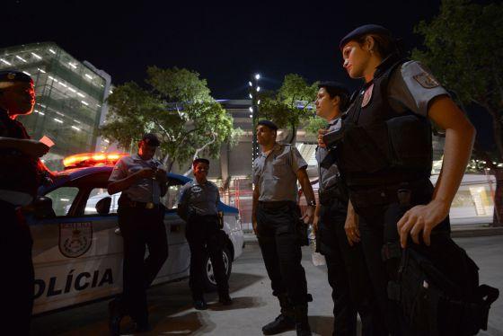 Policías guardan el estadio Maracaná, en Río