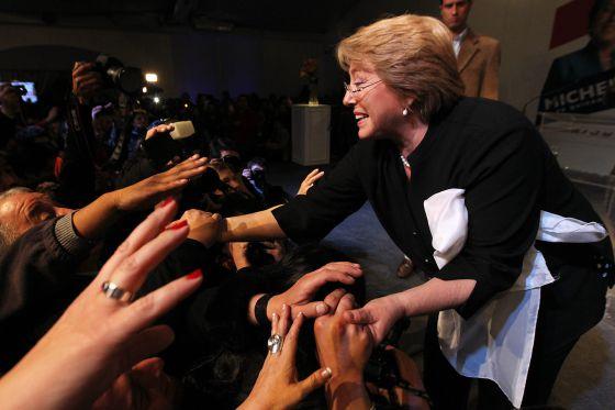 Bachelet saluda a sus partidarios.