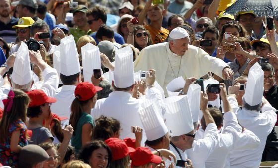 El papa Francisco saluda a los fieles en el Vaticano.