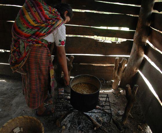 María Rosa madruga para preparar el maíz y vender luego tortillas.