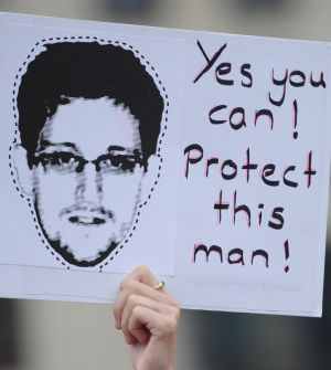 Un manifestante pro-Snowden, en Berlín.