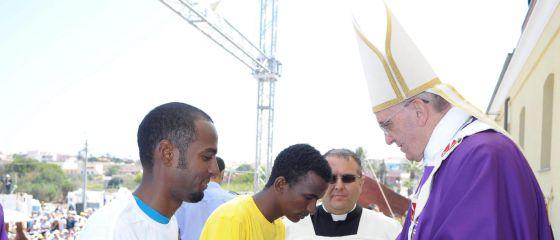 El papa Francisco junto a varios imigrantes durante su visita a la isla de Lampedusa, Italia, el pasado lunes.