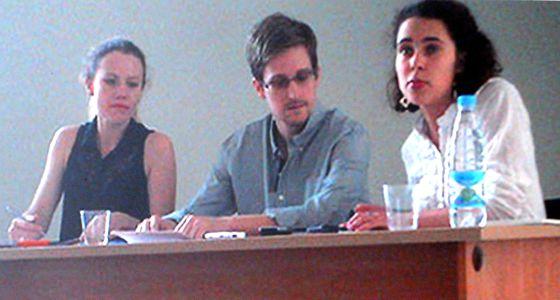 Edward Snowden, en su reunión con activistas en el aeropuerto moscovita.