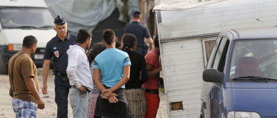 La policía francesa evacua a un grupo de gitanos cerca de Lion.