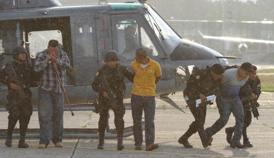 Detenidos, tras el traslado a Ciudad de Guatemala en helicópteros del Ejército.