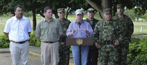 El presidente Santos, junto a su ministro de Defensa y al comandante en jefe del Ejército, habla con la prensa en la base de Tame, en Arauca.