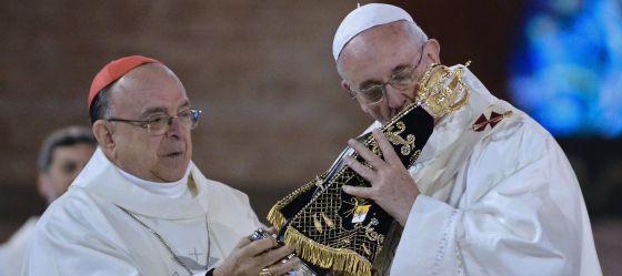 El papa Francisco besa una imagen de la virgen de Aparecida, en el santuario del mismo nombre.