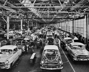 Línea de montaje final de una planta de Plymouth en Detroit.