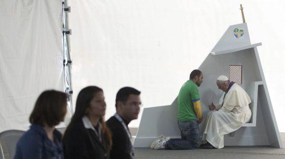 Francisco confiesa a un joven en el parque de Quinta Da Boa Vista (Río de Janeiro) el pasado 26 de julio.