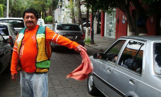 Un franelero en una calle del centro de Coyoacán.