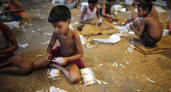 Niños bangladesíes rellenan cigarrillos en una fábrica de Haragach.