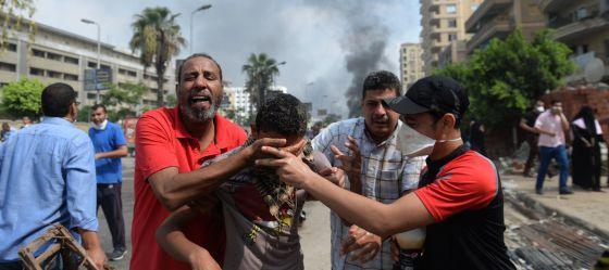 Manifestantes pro Morsi huyen de los gases lacrimógenos.