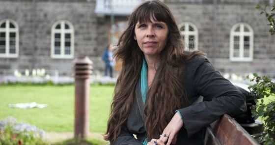 Birgitta Jónsdóttir, en un banco cercano al Parlamento.