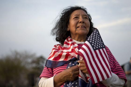 Alejandra Tejada, estadounidense nacida en Bolivia, durante una manifestación ante el Capitolio el 10 de abril.