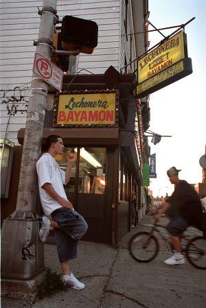 Escena callejera en Paterson, Nueva Jersey, localidad con una fuerte presencia de hispanos.