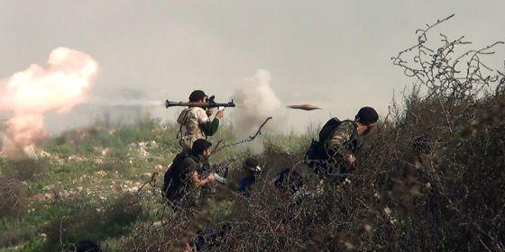 Opositores disparan un lanzagranadas cerca de Alepo.