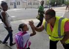 Agentes de seguridad supervisan el primer día de colegio en Chicago