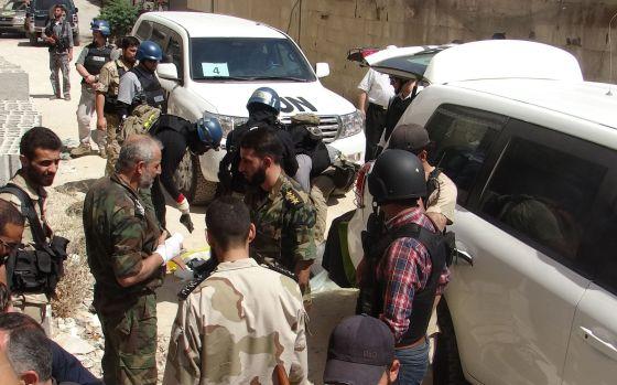 investigadores de la ONU departen con algunos soldados de la oposición Siria el jueves en Damasco.