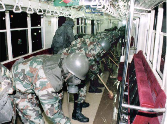 Soldados japoneses descontaminan un vagon de metro de Tokio tras el atentado.