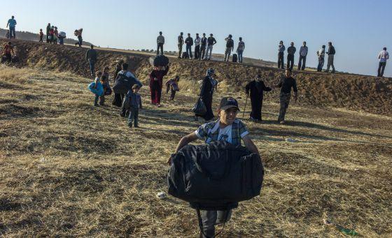 Un niño sirio cruzando la frontera para llegar a Jordania. rn