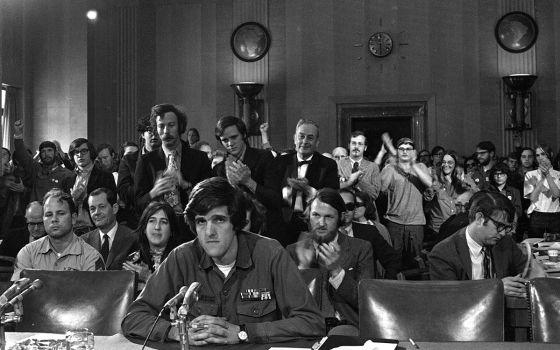 El teniente John Kerry testifica contra la guerra de Vietnam en 1971.