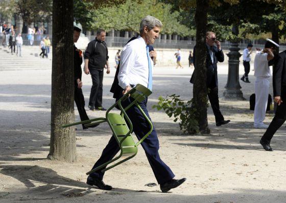 El secretario de Estado de EE UU, John Kerry, toma una silla para reunirse con el embajador en Francia en las Tullerías, en París.