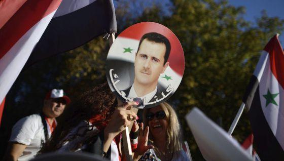 Manifestación en la que simpatizantes de Bashar Asad protestaron contra la intervención militar en Siria, frente a la embajada de Estados Unidos en Sofía, Bulgaria.