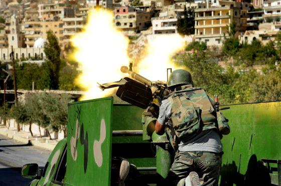 El Ejército sirio dispara en una calle de la localidad de Malula, el sábado, en una foto difundida por la agencia oficial siria.