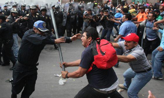 Maestros chocan con policías durante la protesta de este miércoles.