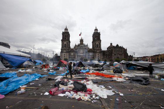 Aspecto del Zócalo de la Ciudad de México tras el desalojo.