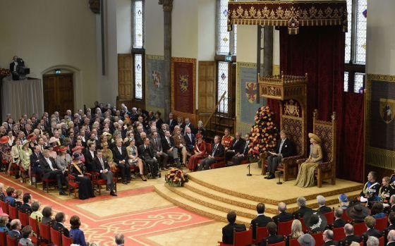 El rey de Holanda, Guillermo Alejandro, da su discurso de la Corona en la sala de los Caballeros de La Haya.