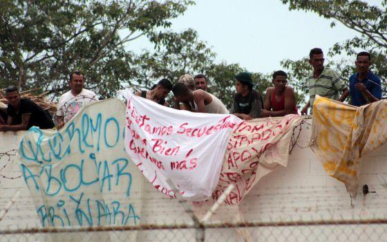 Un grupo de reclusos en el techo del penal de Sabaneta protestan contra los traslados y exigen mayor seguridad para los visitantes.