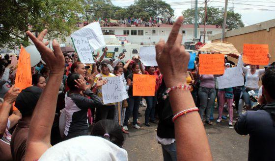 Familiares de presos protestan frente al penal de Sabaneta.