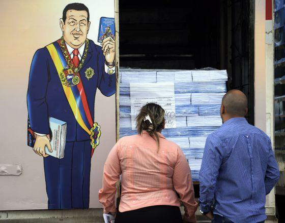 Dos venezolanos en una calle de Caracas.