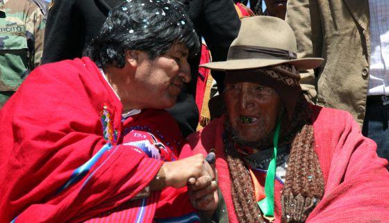 Evo Morales, el lunes 16 con un campesino boliviano.