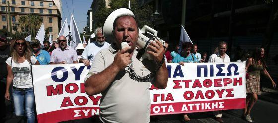 Manifestantes en una marcha contra los recortes, este martes en Atenas.