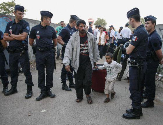 Agentes de policía vigilan el desalojo de un campamento gitano en Vaulx-en-Velin, al este de Lyon, el pasado 23 de agosto.