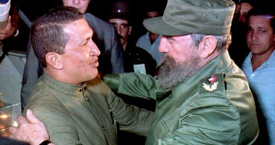 Hugo Chávez y Fidel Castro en el aeropuerto de La Habana, en 1994.