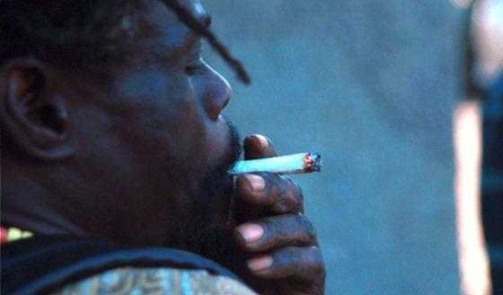 Un joven fuma marihuana en Kingston (Jamaica), en una imagen de archivo.