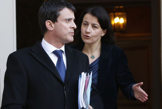 El ministro de Interior, Manuel Valls, y detrás la titular de Vivienda, Cecile Duflot, en febrero.