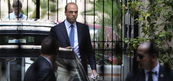 Alfano, este martes, al salir de la casa de Berlusconi.