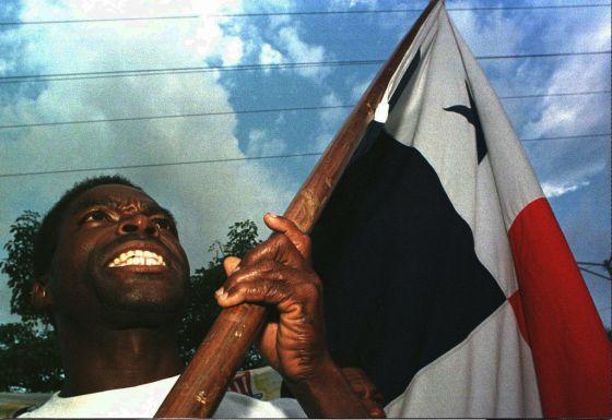 Un manifestante en una marcha en 1998 contra la presencia de bases norteamericanas en la ciudad de Panamá, en conmemoración por los enfrentamientos ocurridos en 1964, cuando murieron 22 estudiantes.