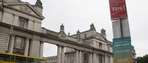 Carteles a favor y en contra de la abolición del Senado el viernes ante la oficina del primer ministro en Dublín.