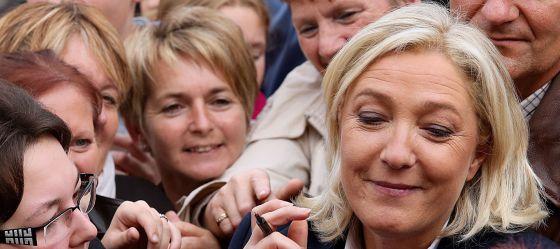 La presidenta del Frente Nacional, Marine Le Pen, firma autógrafos en Brachay, en la región de Champaña.