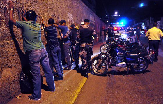 Militares cachean a jóvenes en el barrio de Petare.