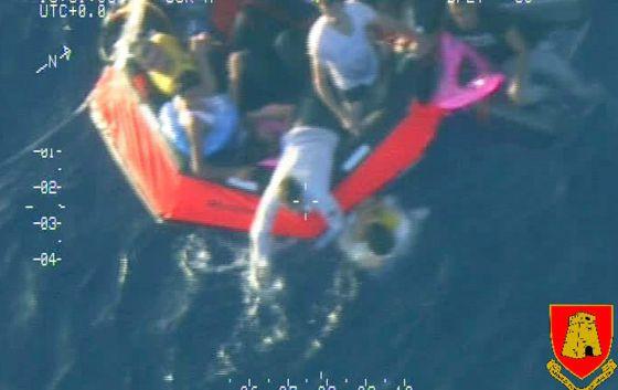 Supervivientes del naufragio son subidos este viernes a una lancha neumática.